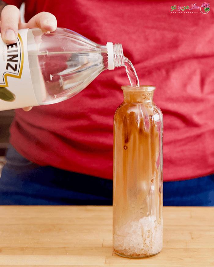 اضافه کردن سرکه به بطری