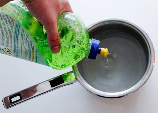 اضافه کردن مایع ظرف شویی