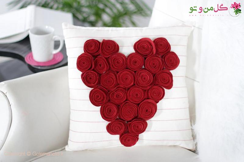 تزیین کوسن به شکل قلب با گل رز