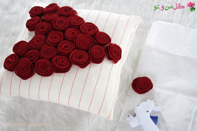 چسباندن گلهای رز روی کوسن