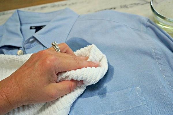 6 2 چگونه لکه قهوه را از لباس پاک کنیم؟