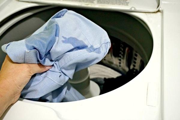 9 2 چگونه لکه قهوه را از لباس پاک کنیم؟