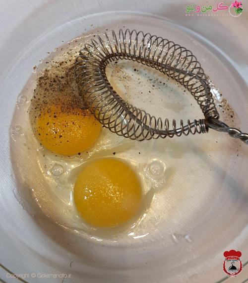 زدن تخم مرغ و مواد