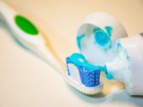 10 استفاده از خمیر دندان برای بازیابی کفش قدیمی