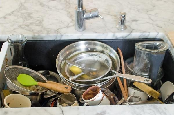 ظرف های چرب را در سینک غوطه ور نکنید.