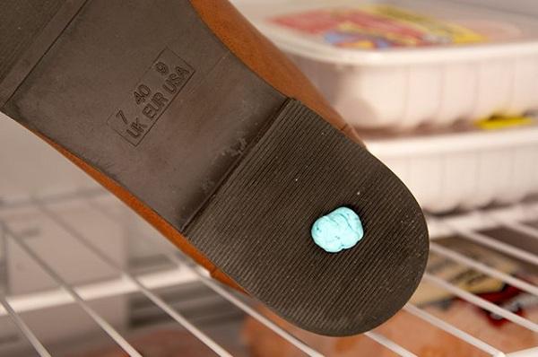 به راحتی آدامس را از کفش خود پاک کنید.