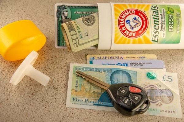 پول نقد و کارت های خود را پنهان کنید.