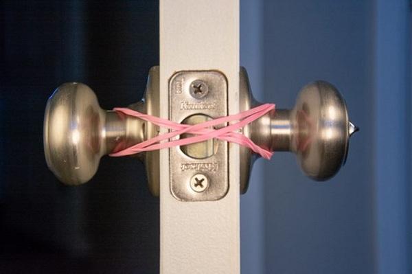 باز نگه داشتن درب هایی که اتوماتیک قفل می شوند