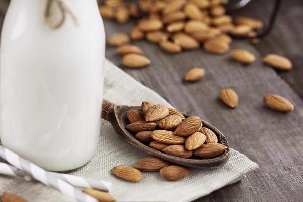 خواص شیر بادام برای بدن