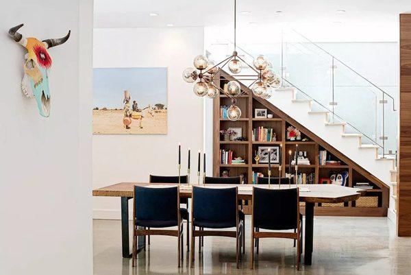 استفاده از فضای زیر پله برای کتابخانه