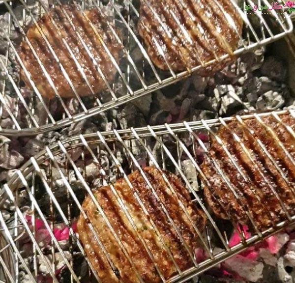 همبرگر کبابی روی زغال